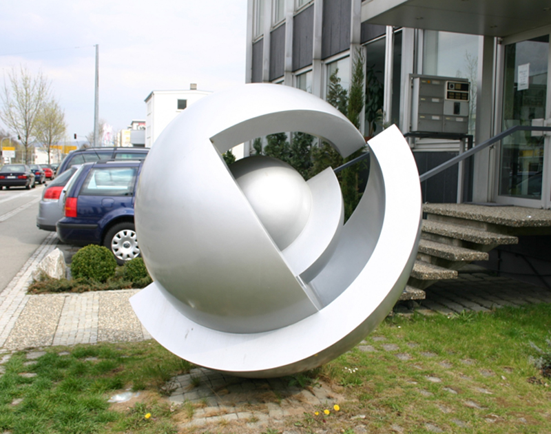 Lackierung einer Kugelskulptur vom Stuttgarter Künstler Hans Dieter Bohnet