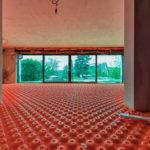 Die Noppenplatten für die Fußbodenheizung werden verlegt
