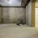 Grundputz: Die Rohre und Kabel werden mit Kalkzement verputzt