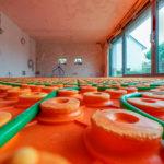 Verlegung der Fußbodenheizung und ausnivellieren der Estrichhöhe mit sogenannten Krähenfüßen